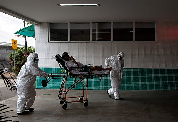 Paciente chega ao Hospital 28 de Agosto, em Manaus (AM) nesta quinta-feira (14). Capital enfrenta falta de oxigênio e leitos de UTI em meio à segunda onda de covid-19