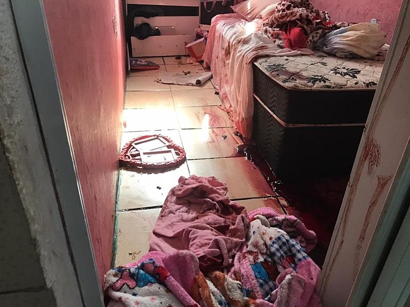 Marcas de sangue no chão de quarto no Jacarezinho