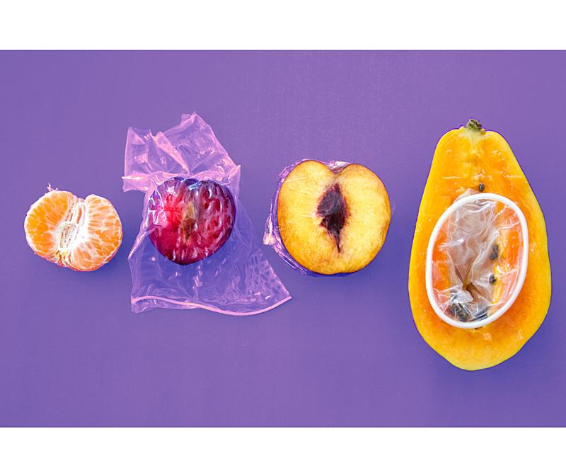 frutas cortadas, camisinhas