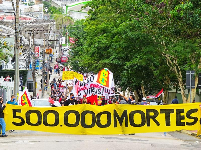Em Florianópolis, centenas de pessoas saíram às ruas para protestar contra o governo