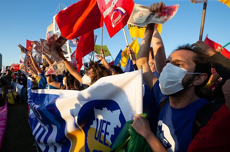 Mobilização em frente ao Congresso pede impeachment de Bolsonaro, no dia em que uma ampla aliança protocolou um superpedido na Câmara dos Deputados
