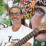 Zé pinto sorrindo com violão