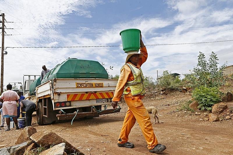 Morador de Hammanskraal carrega água