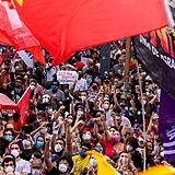 Maioria dos manifestantes usa máscara de proteção contra covid em protesto no Rio