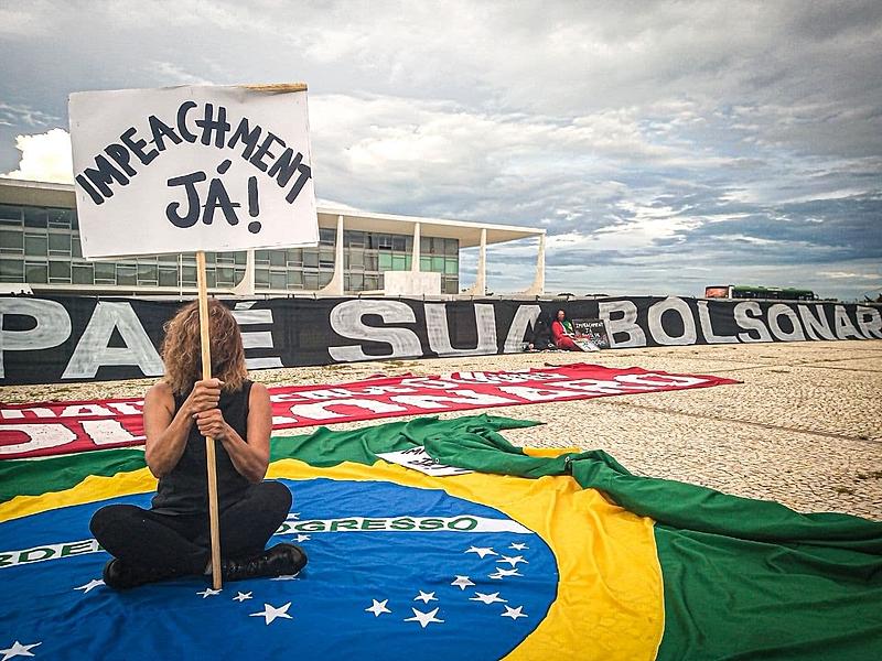 No último domingo (17), manifestantes fizeram novo ato pelo impeachment de Bolsonaro, em frente ao Palácio do Planalto; cabe à Câmara dos Deputados dar aval à abertura desse tipo de processo