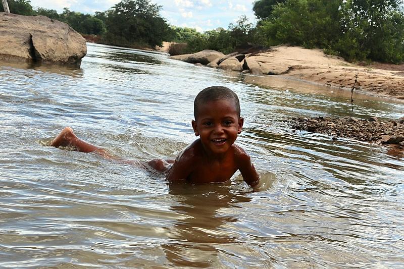 Criança brinca no rio Paraná, na comunidade kalunga Salinas, no Vão do Moleque